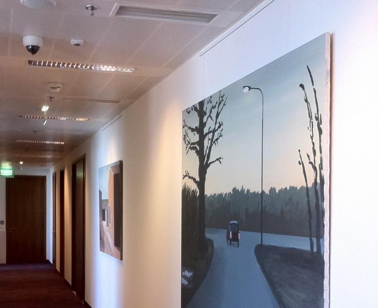 Wieszanie obrazów w biurze na szynie