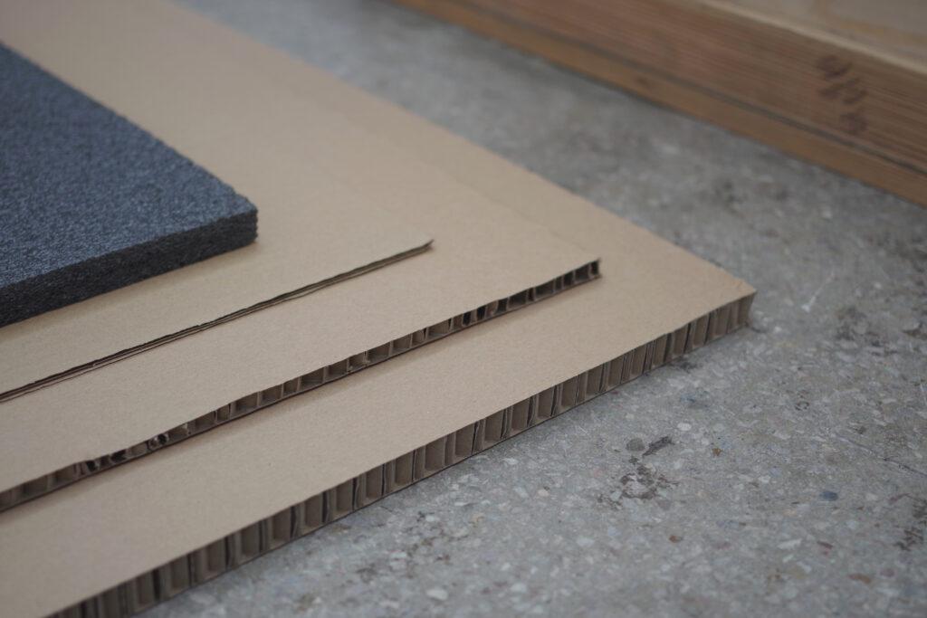 Różne arkusze kartonowe i pianka do pakowania dzieł sztuki