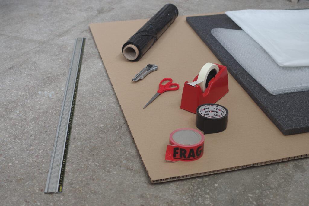 Zestawienie materiałów przydatnych do pakowania obrazów