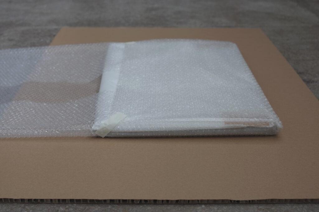 Pakowanie obrazu w folię bąbelkową do transportu