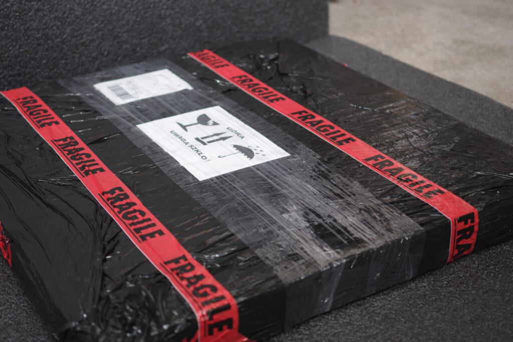 Bezpieczna paczka z obrazem gotowa do wysyłki
