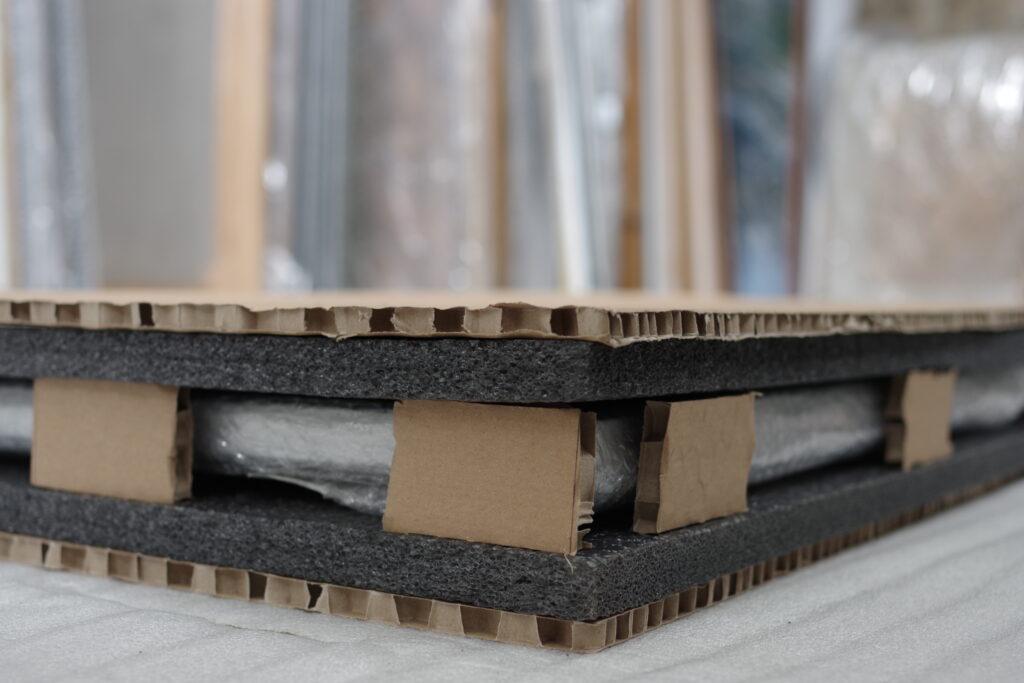 Bezpieczne opakowanie obrazu wykonane z arkuszy kartonowych i pianki.