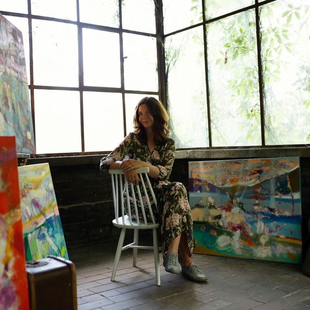 Malarka Kasia Banaś w swojej pracowni
