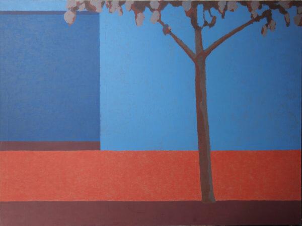 Obraz przedstawiający drzewo na tle kontrastowego tła, ściany i ogródka.