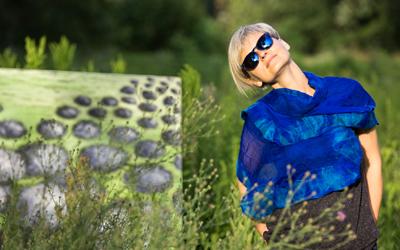 Marta Konieczny w pejzażu ze swoim obrazem.