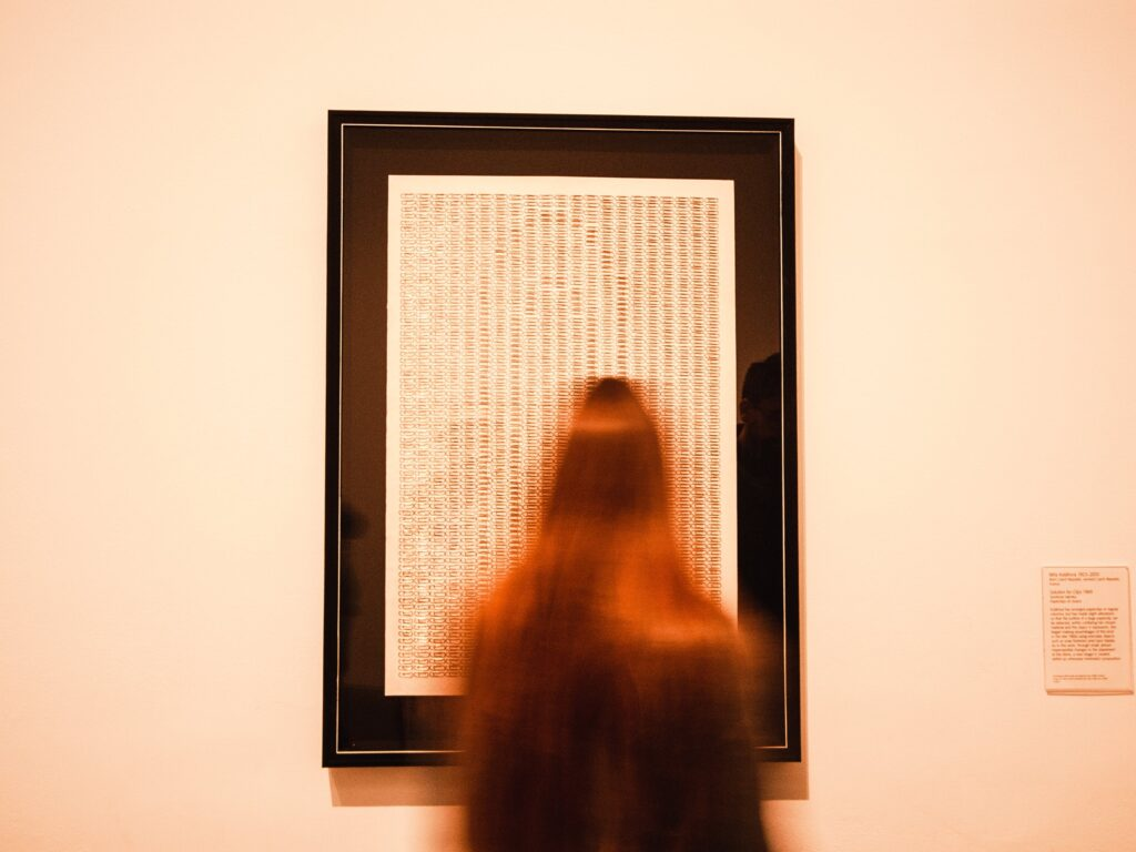 Miłośniczka sztuki przed obrazem na wystawie