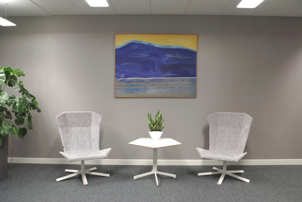 Dzieła sztuki w biurze, obraz Marii Orzęckiej w kancelarii prawnej