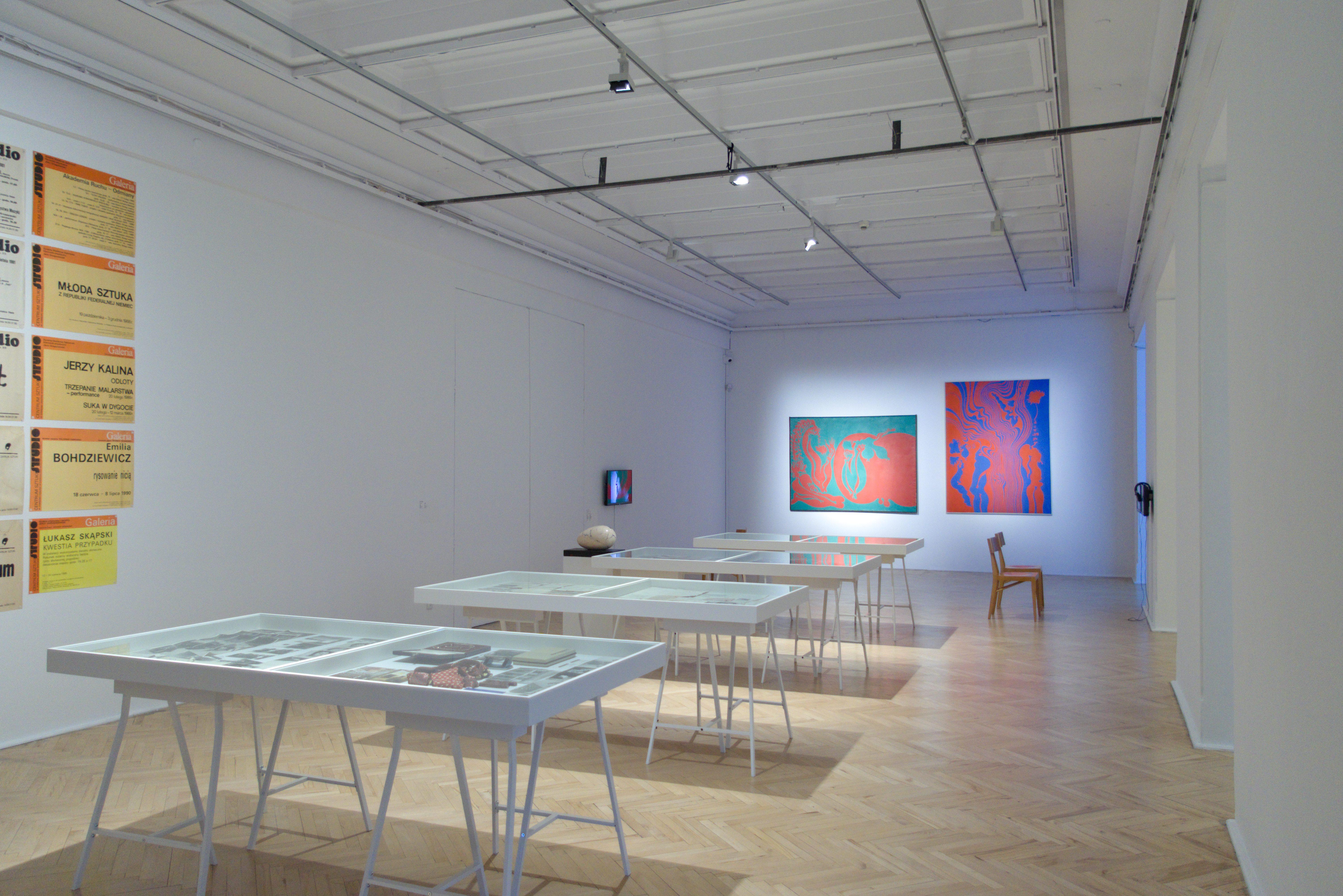 Widok wystawy kolekcji Galerii Studio, w głębi prace Jana Dobkowskiego.