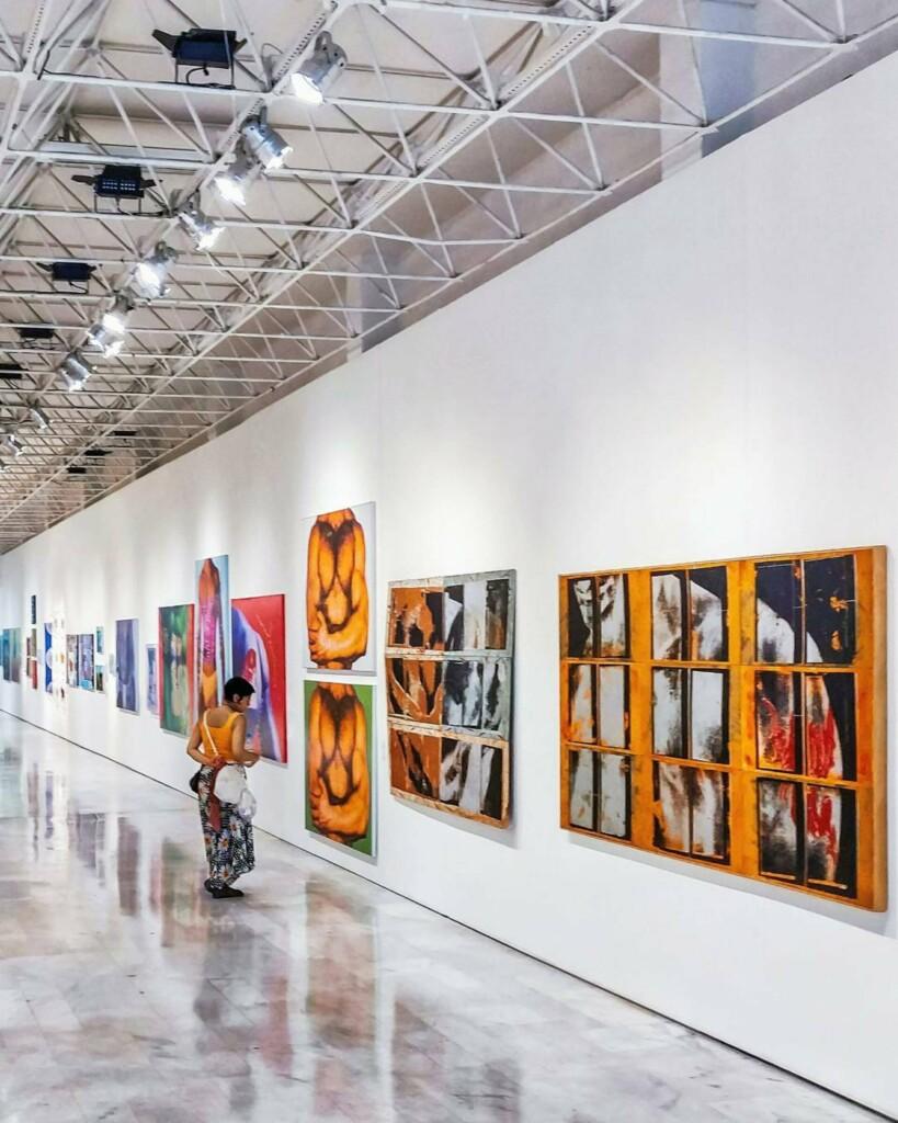 Sztuka współczesna wystawiona w galerii sztuki