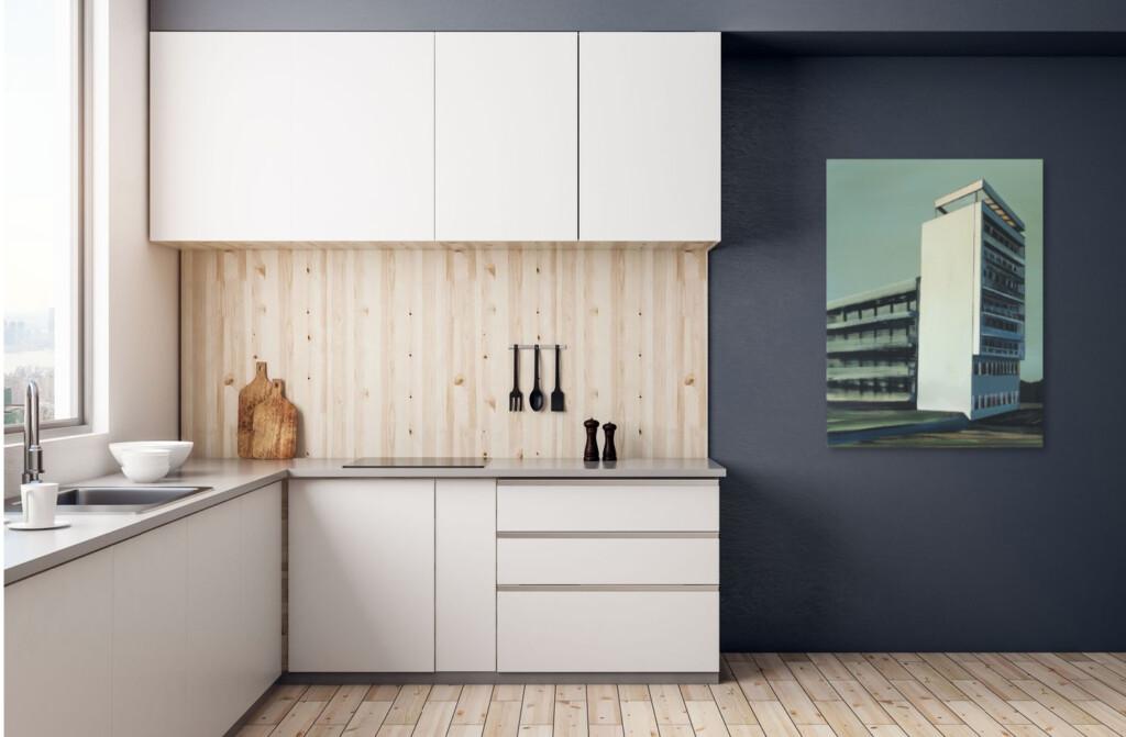 Obraz Marii Kiesner na ciemnej ścianie w kuchni.