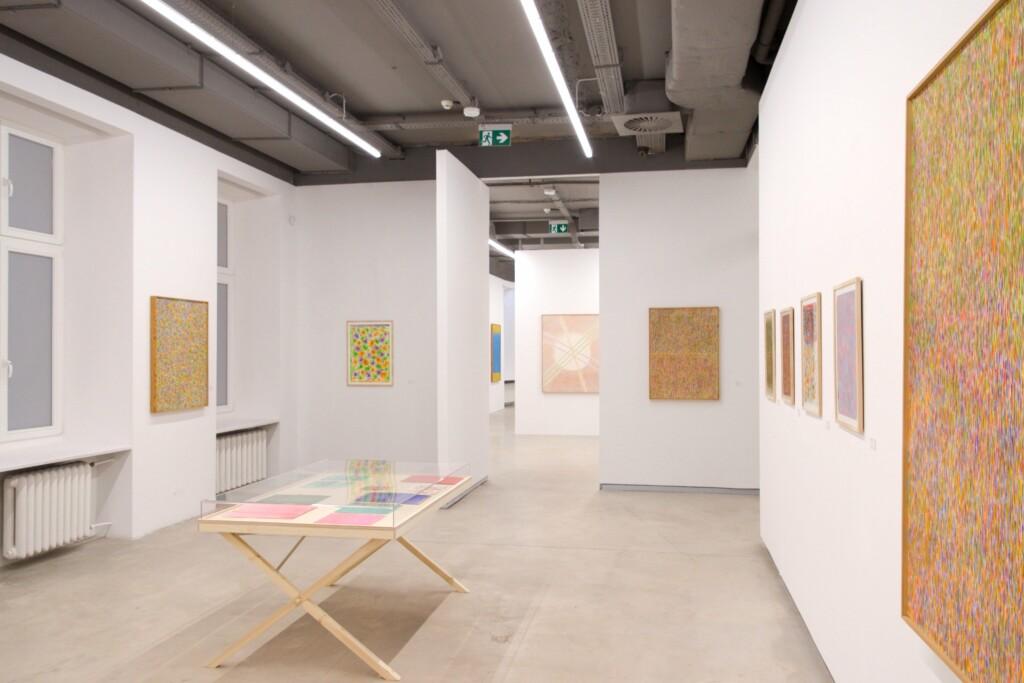 Obrazy abstrakcyjne na wystawie Stefana Gierowskiego