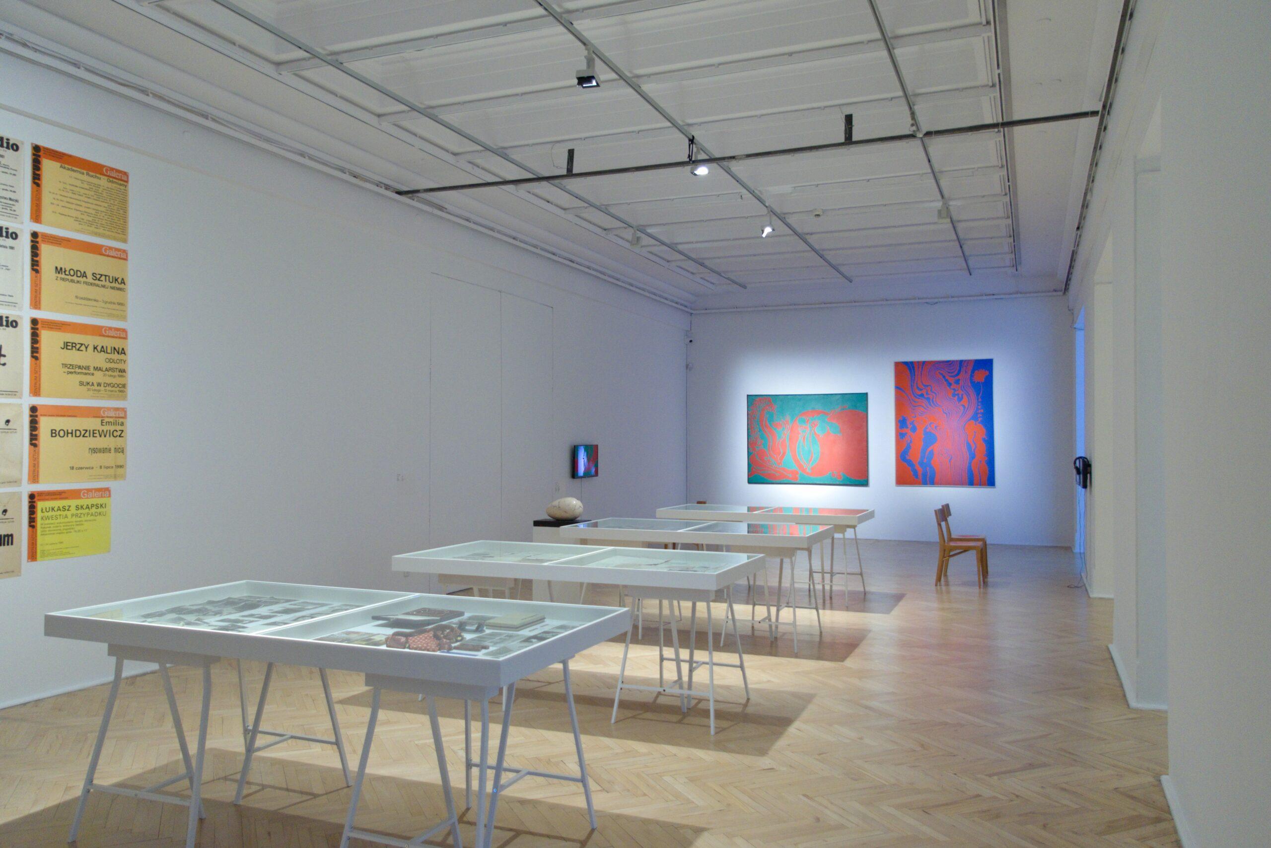 Widok wystawy kolekcji Galerii Studio, w głębi prace Jana Dobkowskiego