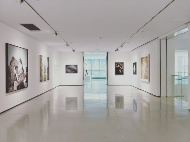 Galeria sztuki pełna obrazów z firmowej kolekcji. Art Rental
