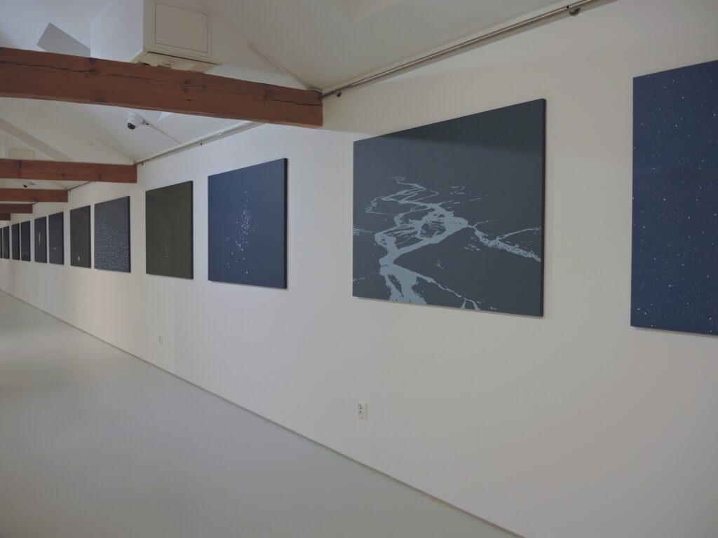 Pejzaże, widoki natury Roberta Motelskiego w przestrzeni wystawy.