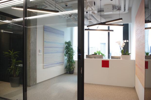Obrazy Agaty Groszek w nowym biurze