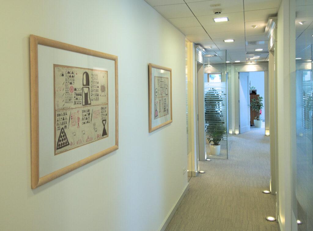 Obrazy w korytarzu warszawskiej kancelarii prawniczej. Kolekcja sztuki w biurze