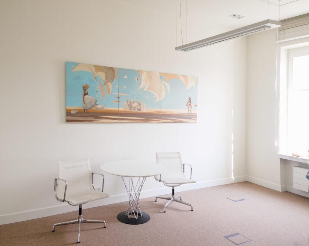 Wynajem dzieł sztuki do biur. Obraz Julii Mygi w kancelarii prawniczej